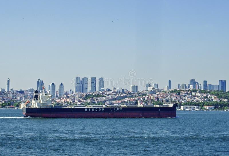 Nave dell'olio in bosphorus fotografia stock