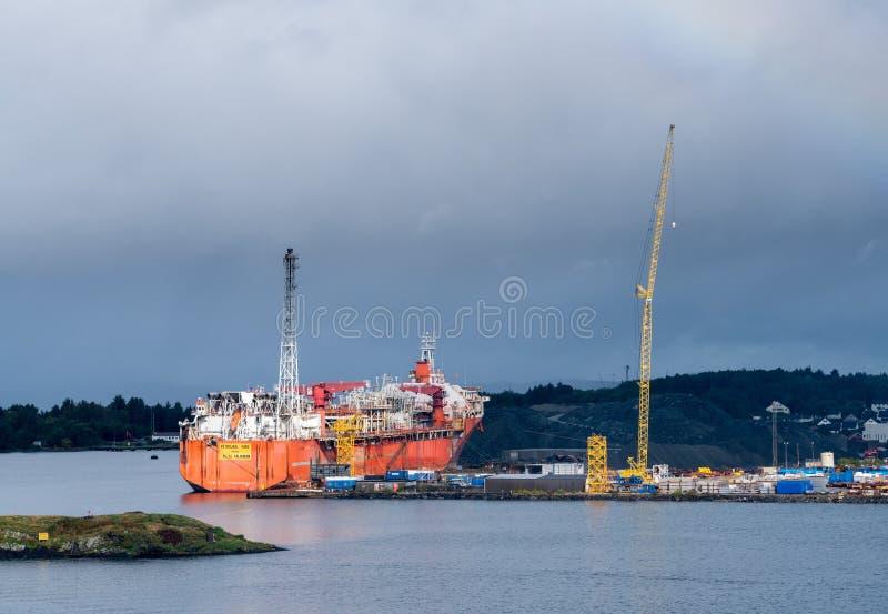 Nave della costruzione dell'impianto offshore nel porto di Stavanger fotografia stock