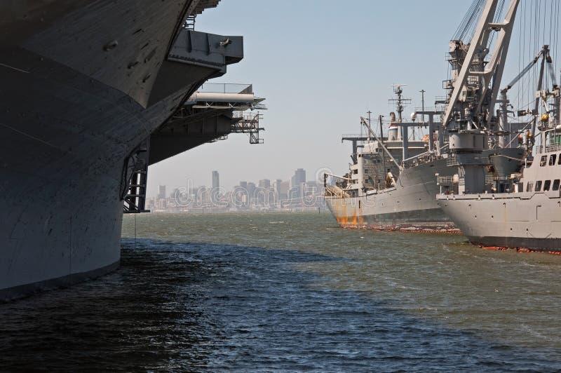 Nave della Marina Militare e orizzonte di San Francisco immagini stock