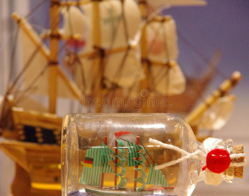 Nave della vela in bottiglia di deriva fotografia stock libera da diritti
