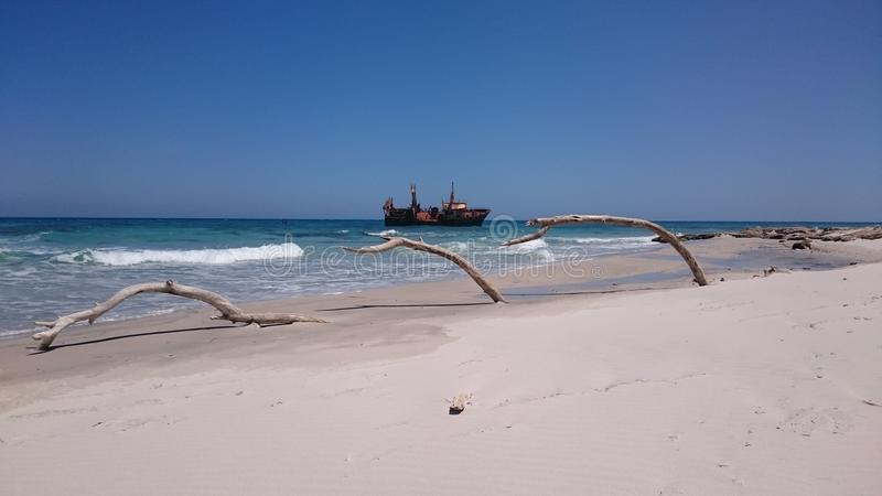Nave demolita vicino al EL Aghzez di Hammem fotografie stock