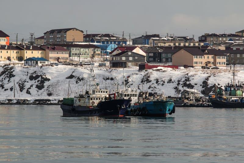 Nave di Bunkering nelle strade dell'isola Kunashir fotografie stock libere da diritti