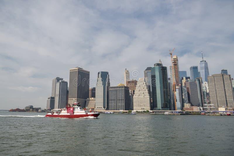 Nave di FDNY che galleggia intorno a Manhattan in New York fotografia stock libera da diritti