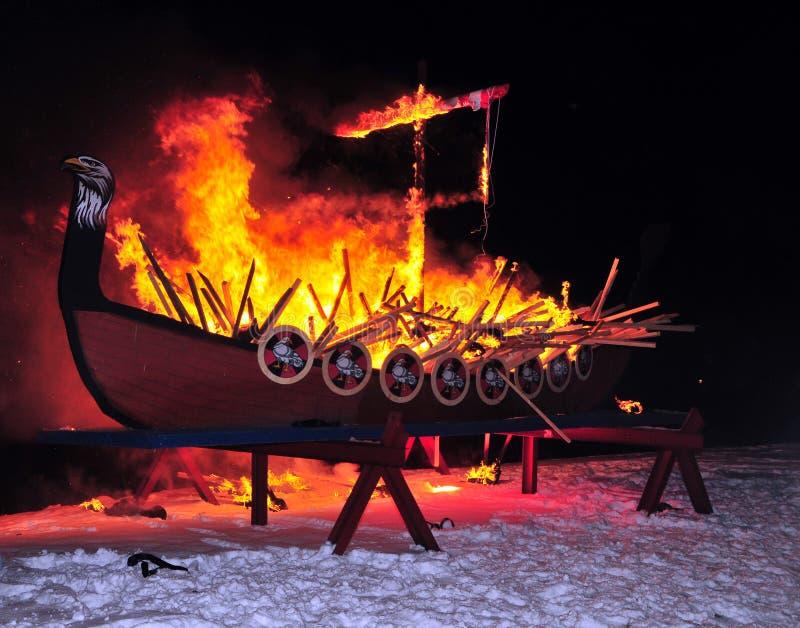 Nave di fuoco bruciante di Vikng immagini stock
