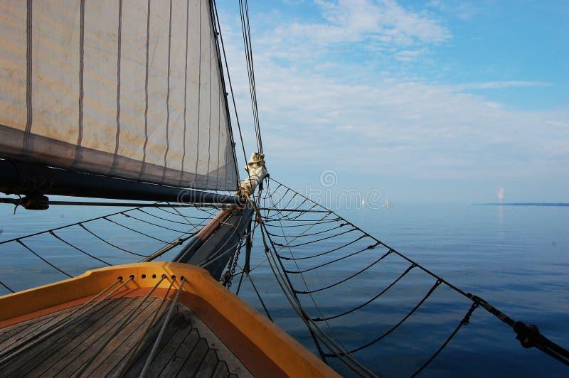 Nave di navigazione antica che si dirige alla riga del cielo fotografia stock