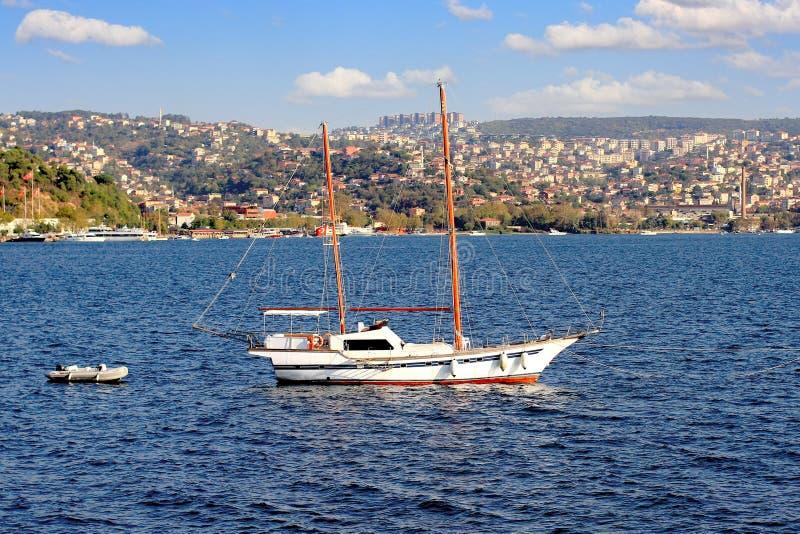 Nave di navigazione che gira in Bosphorus fotografia stock