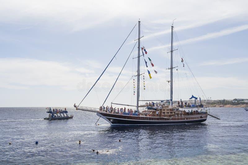 Nave di navigazione con i turisti a bordo fotografia stock