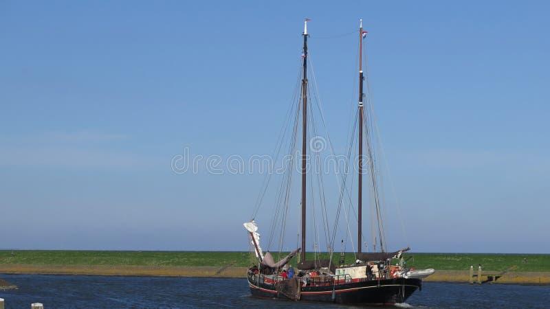 Nave di navigazione olandese tradizionale che lascia porto fotografie stock