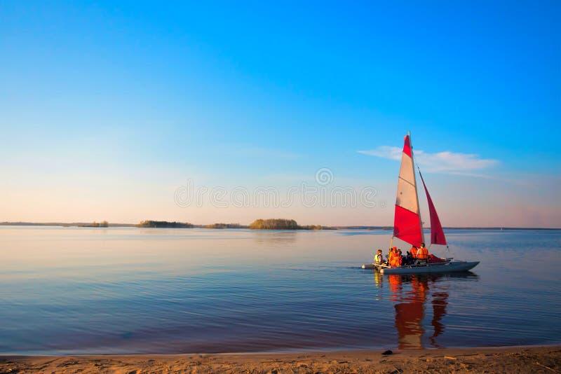 Nave di navigazione rossa sull'acqua fotografia stock libera da diritti