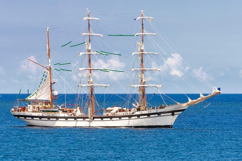 Nave di navigazione su un mare blu calmo fotografia stock libera da diritti