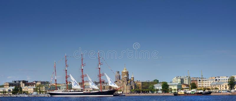 Nave di navigazione sul fiume Neva, Russia, St Petersburg immagine stock
