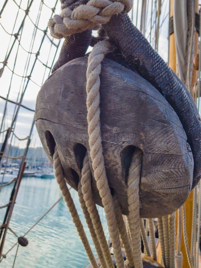 Nave di navigazione tradizionale del grande vecchio deadeye di legno immagini stock