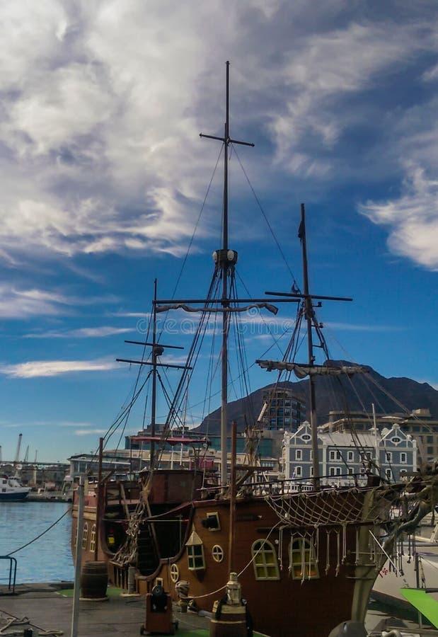 Nave di pirata con le montagne ed il mare immagine stock libera da diritti