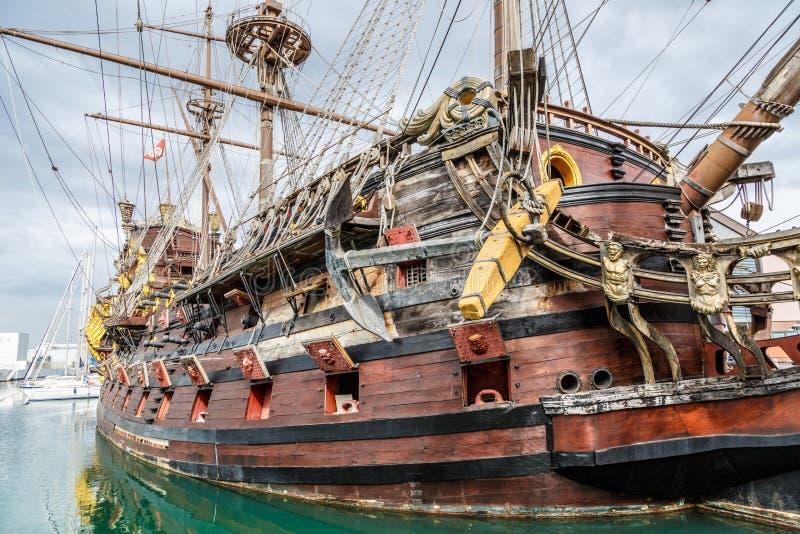 Nave di pirata di legno a Genova immagini stock