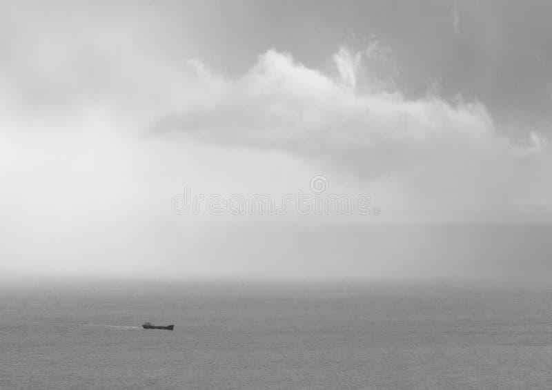Nave e nube immagine stock