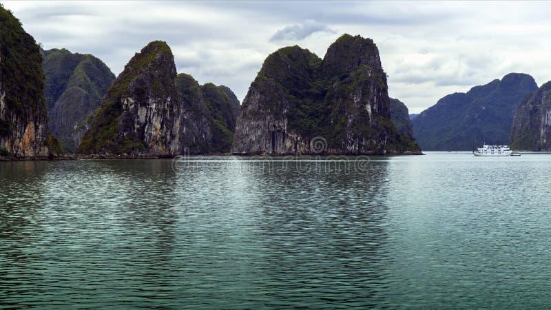 Download Nave En Bahía Larga De La Ha Foto de archivo - Imagen de acantilado, asia: 42436442