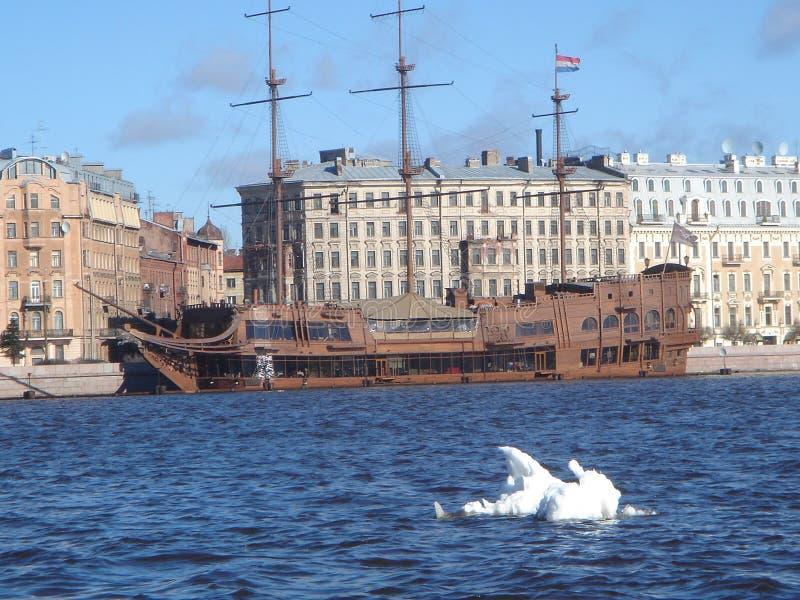 Nave en el acceso de St Petersburg foto de archivo libre de regalías