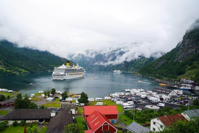 Nave en el fiordo noruego en el cielo nublado Revestimiento marino en puerto del pueblo Destino del viaje, turismo Aventura, desc foto de archivo
