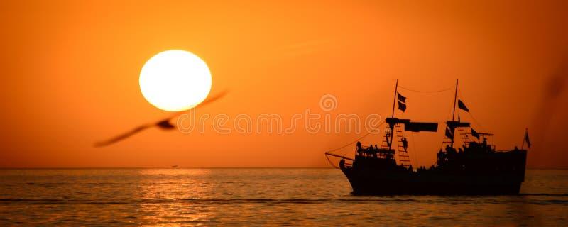 Nave en el océano foto de archivo