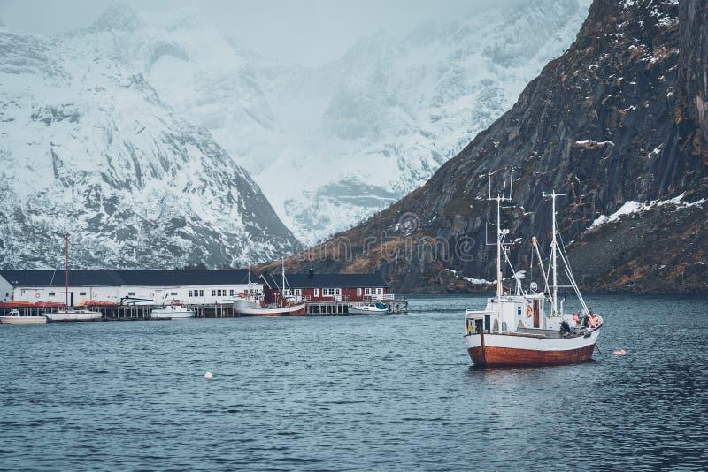 Nave en el pueblo pesquero de Hamnoy en las islas de Lofoten, Noruega fotos de archivo