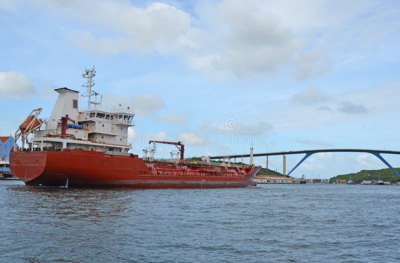Nave en la bahía Curaçao de Santa Ana imagenes de archivo