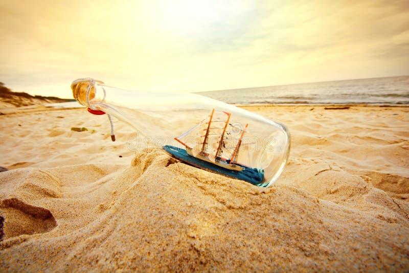Nave en la botella imagen de archivo