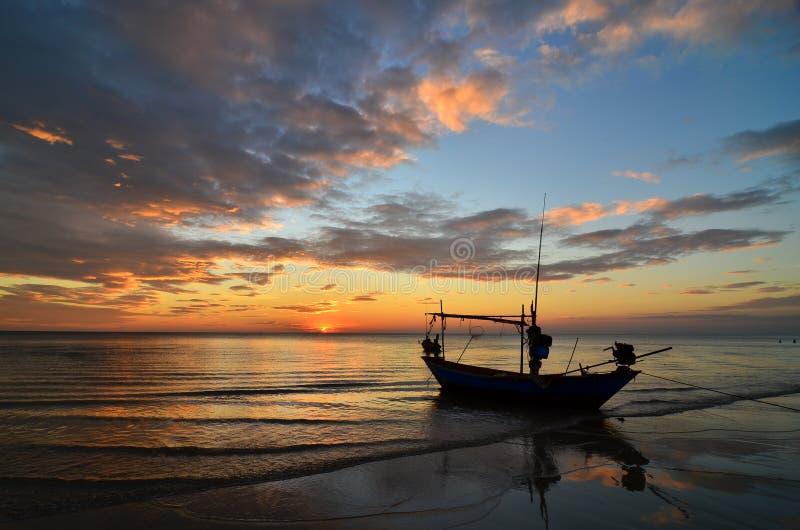 Nave en la playa en la puesta del sol fotos de archivo libres de regalías