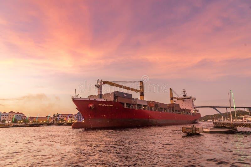 Nave en opiniones de la puesta del sol alrededor de Curaçao fotografía de archivo