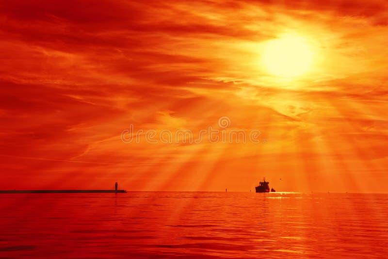 Nave en puesta del sol fotografía de archivo libre de regalías