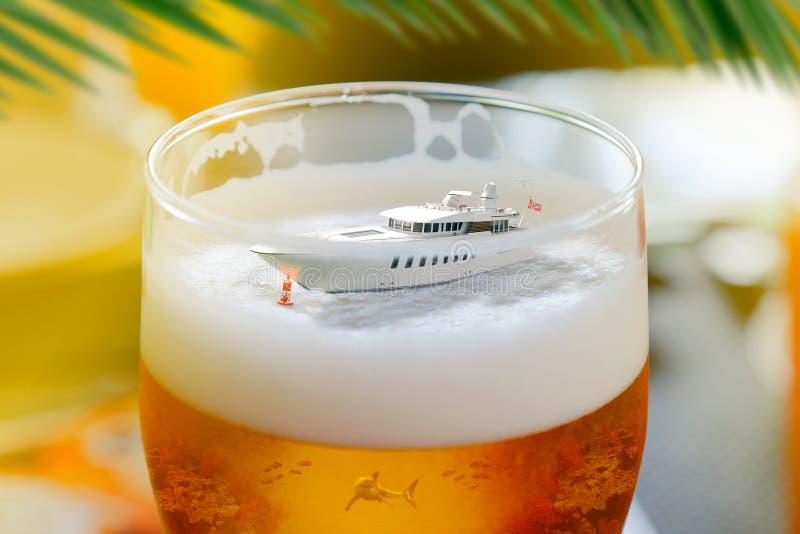 Nave en retocar del ordenador del vidrio de cerveza fotografía de archivo