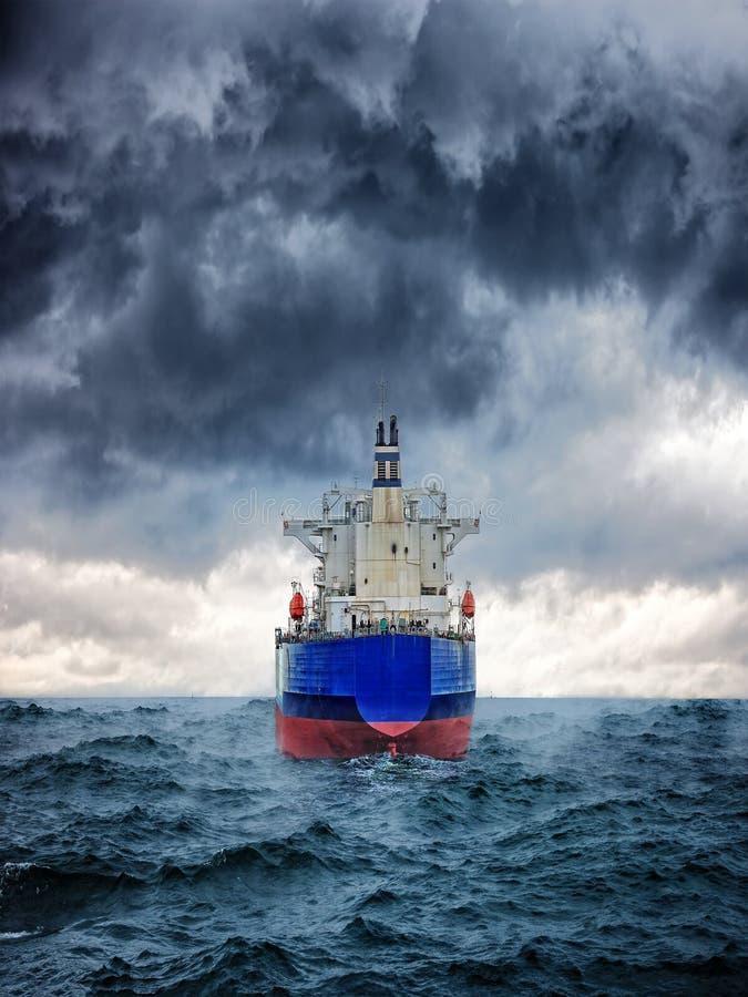 Nave en tormenta imagen de archivo