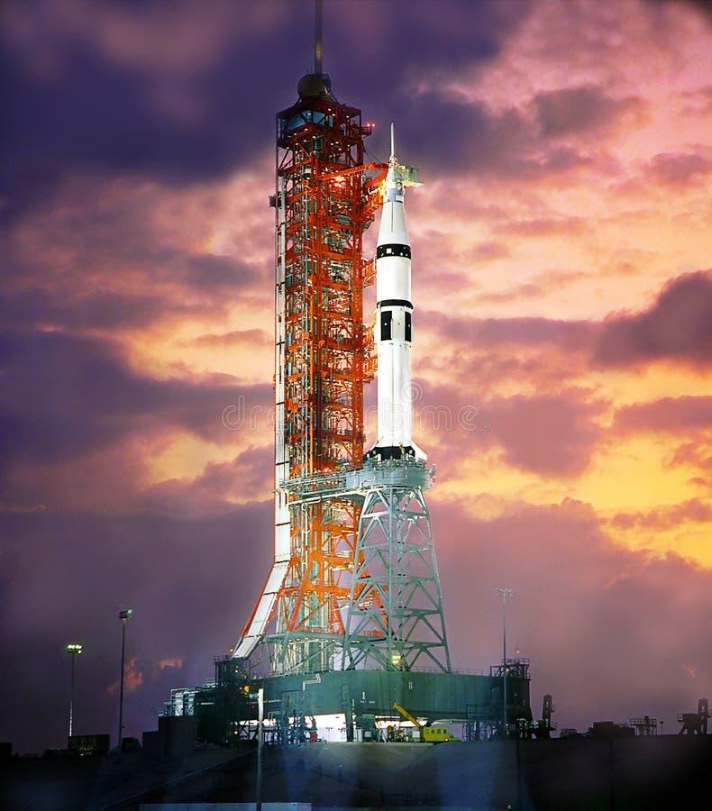 Nave espacial en el escenario del lanzamiento en el spaceport Silueta del transbordador espacial en la oscuridad foto de archivo