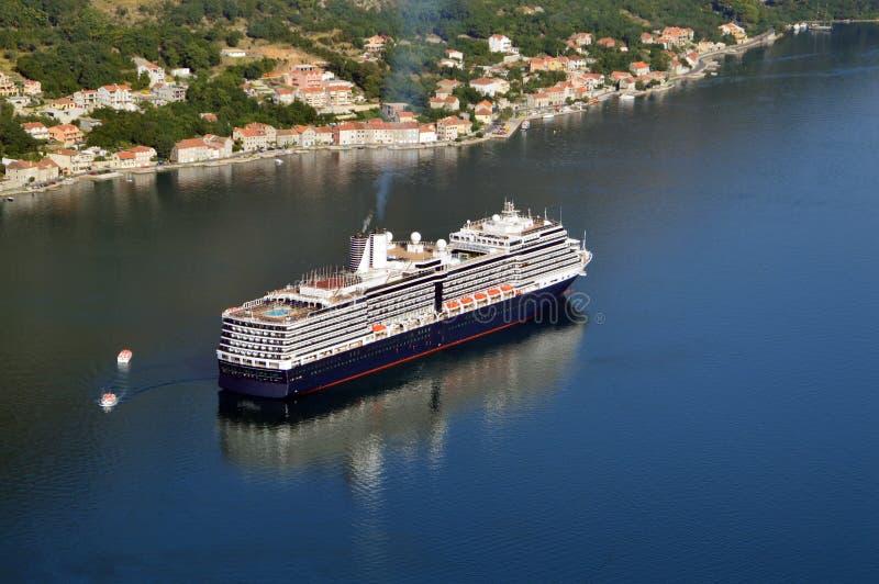 Nave grande del crucero en la bahía de Kotor fotografía de archivo