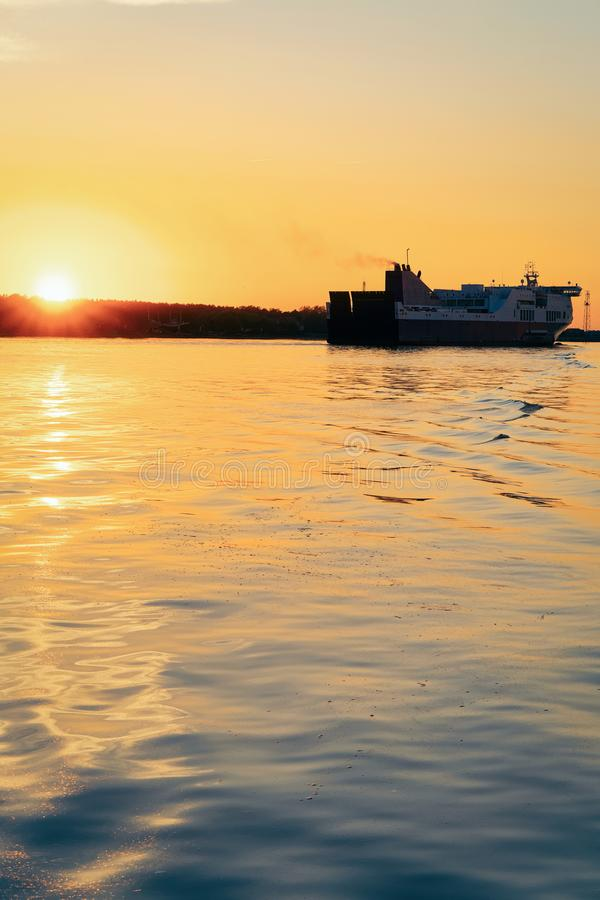 Nave grande del transbordador de pasajero en el puerto de Klaipeda en Lituania, del este - país europeo en el mar Báltico. En la p imagenes de archivo