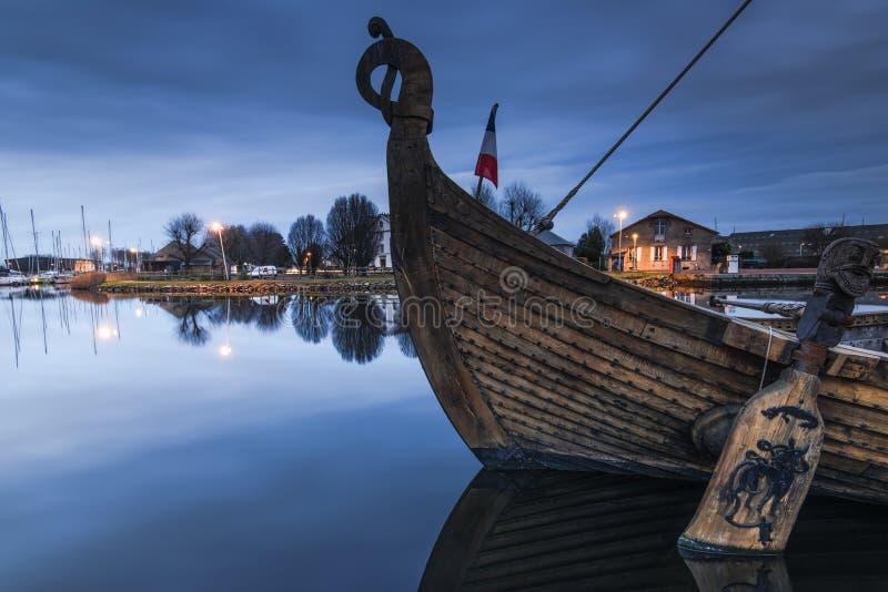 nave histórica de madera vieja en puerto en Carentan, Francia imagenes de archivo