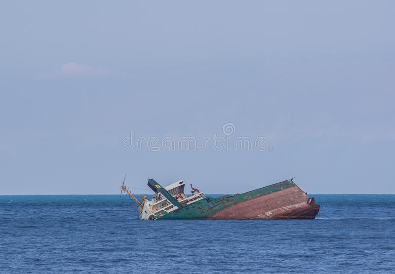 Nave hundida en agua azul foto de archivo