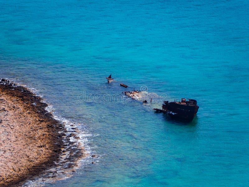 Nave hundida grande en los bajos, Creta, Grecia fotografía de archivo