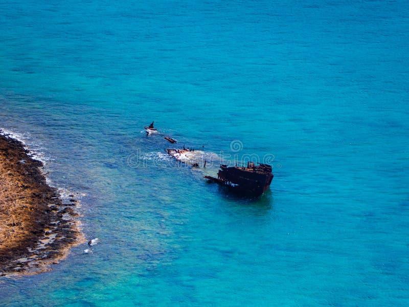 Nave hundida y abandonada vieja cerca de la orilla de la roca fotografía de archivo