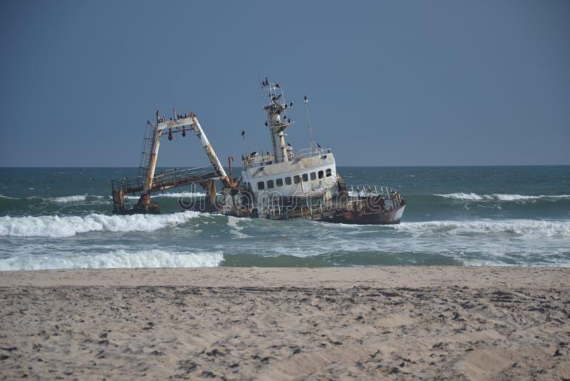 Nave incavata sulla costa di scheletro fotografia stock libera da diritti
