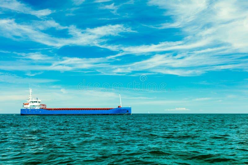 Nave industrial del buque de carga en las aguas de mar foto de archivo libre de regalías