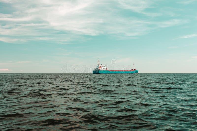 Nave industrial del buque de carga en las aguas de mar imagen de archivo