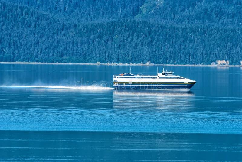 Nave in mare blu sul paesaggio della montagna nell'Alaska immagine stock