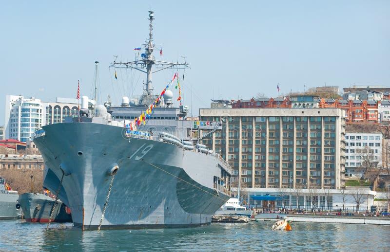 Nave militare della nave ammiraglia della settima flotta della marina statunitense in porto russo immagini stock