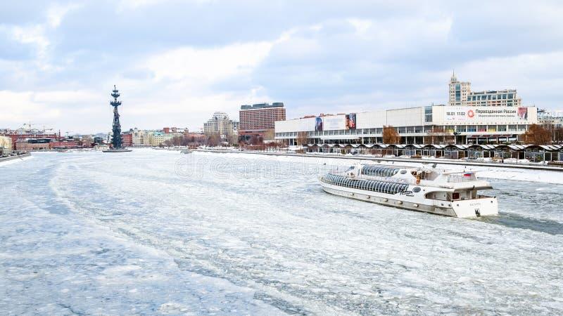 Nave nel fiume di Moskva nella città di Mosca nell'inverno immagine stock libera da diritti