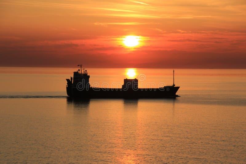 Nave nel tramonto fotografia stock