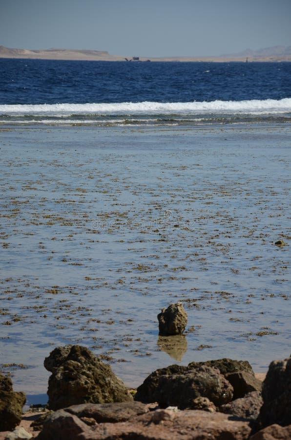 nave Overzees Het strand van de kiezelsteen golf stenen stock afbeelding