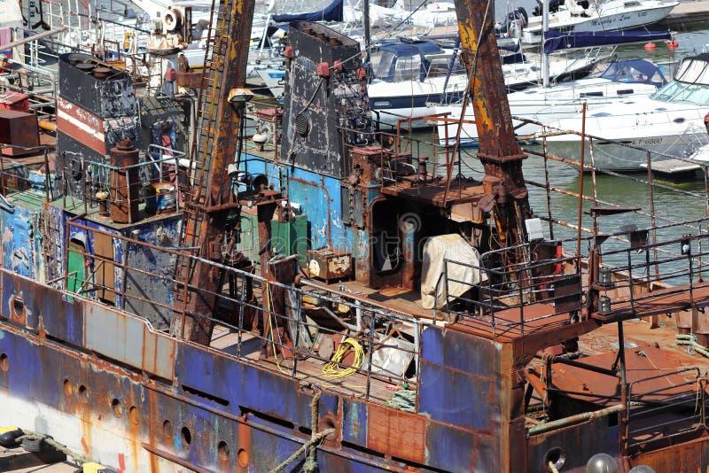 Nave oxidada en puerto en klaipeda en Lituania imagenes de archivo
