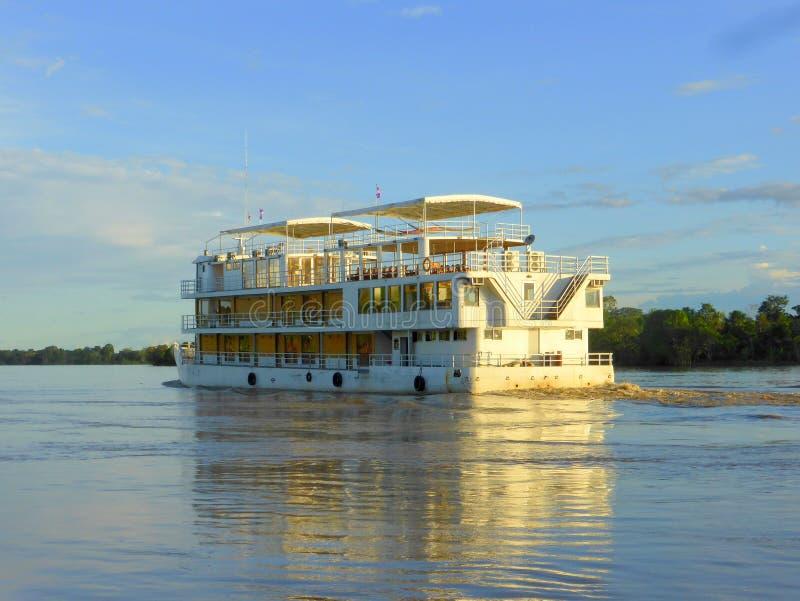 Nave passeggeri che naviga il fiume Amazon immagini stock libere da diritti