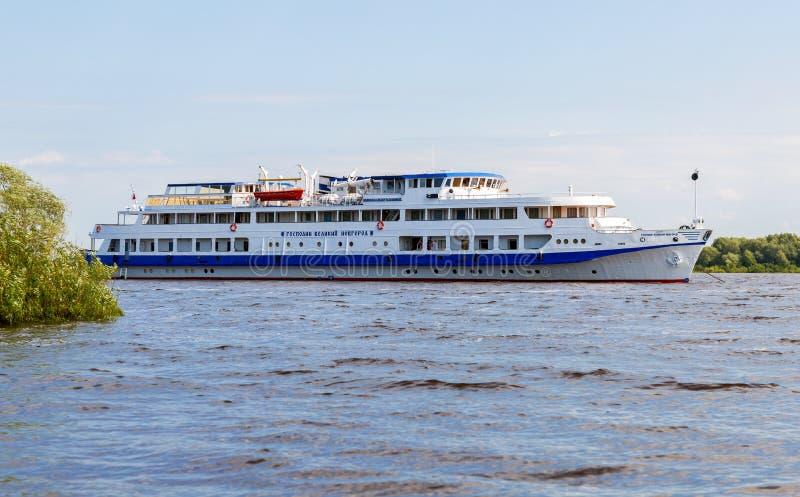 Nave passeggeri di crociera del fiume attraccata sul fiume di Volchov fotografia stock libera da diritti