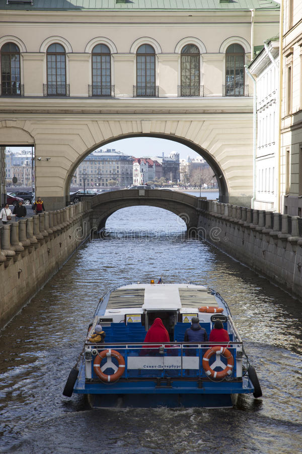 Nave passeggeri sulla scanalatura di inverno del canale a St Petersburg fotografia stock